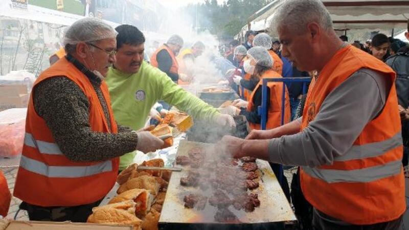 Kadirli'de 20 bin sucuk ekmek dağıtıldı