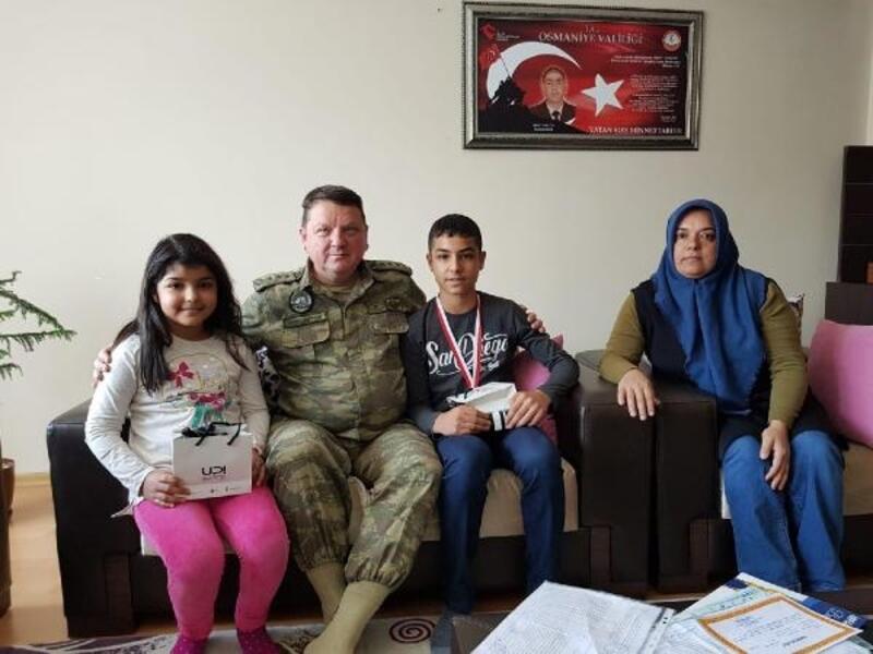 Garnizon Komutanından, Şehit Uzman Çavuş'un çocuklarına başarı hediyesi