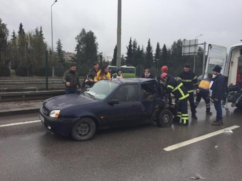 Hafif ticari araç, otomobile çarptı: 2 yaralı