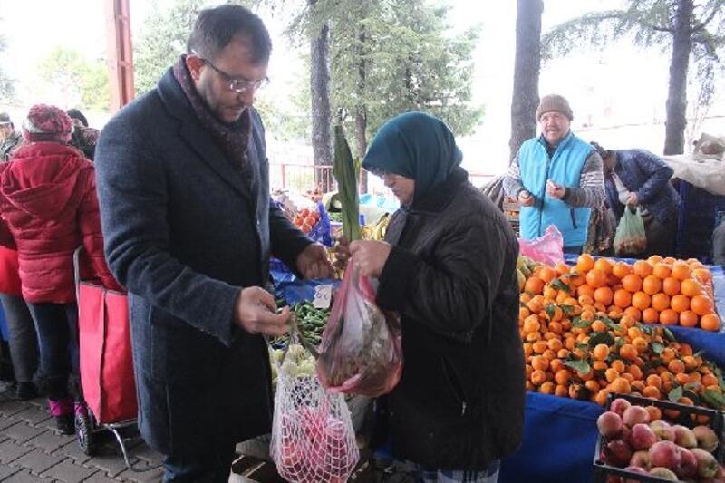 Başkan Yavaş, vatandaşlara ücretsiz pazar filesi dağıttı