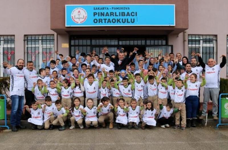 İlkokul öğrencilerine Beşiktaş forması hediye edildi