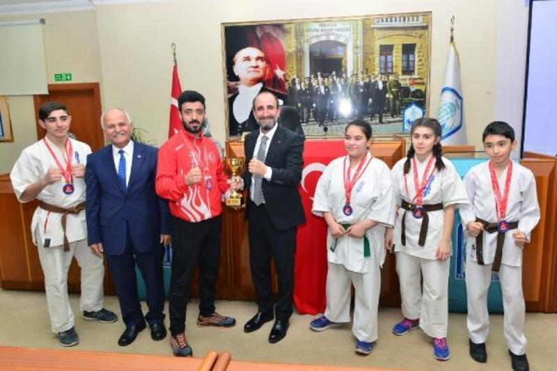 Başkan Edebali başarılı sporcuları ödüllendirdi