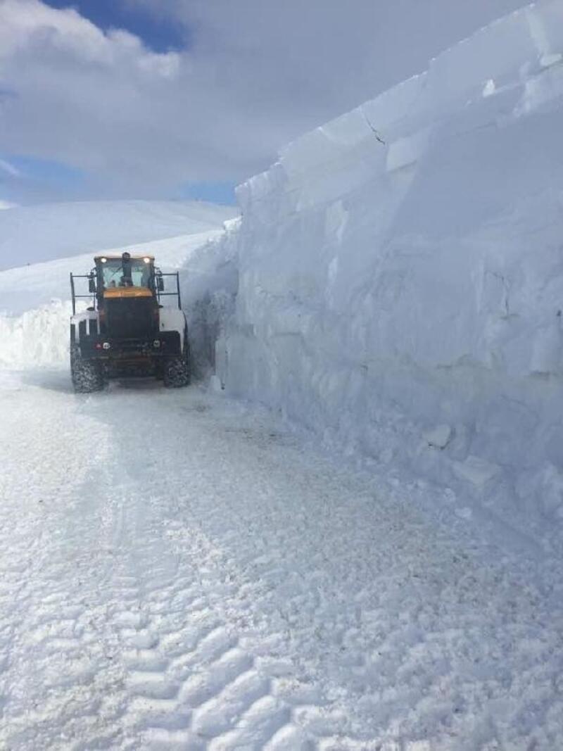 Başkale'de kar kalınlığı, iş makinesinin boyunu aştı