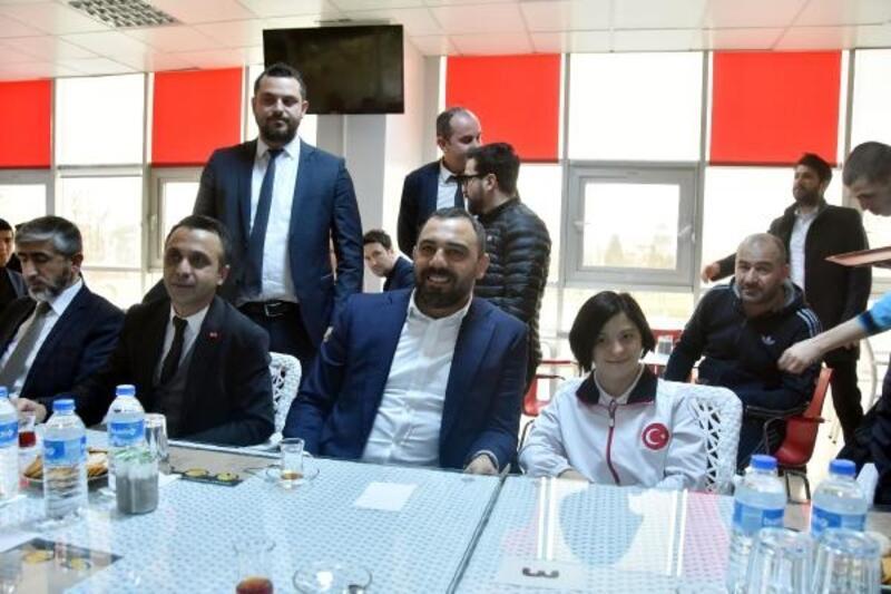 Cumhurbaşkanı'na çağrıda bulunan milli yüzücü Çağla'ya Bakan Yardımcısı Yerlikaya'dan ziyaret