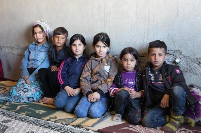 Annesiz, babasız, penceresiz ve kapısız evde kalan 6 kardeş yardım bekliyor