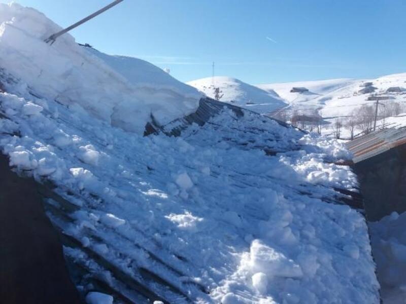 Karlıova'da kar biriken evin çatısı çöktü
