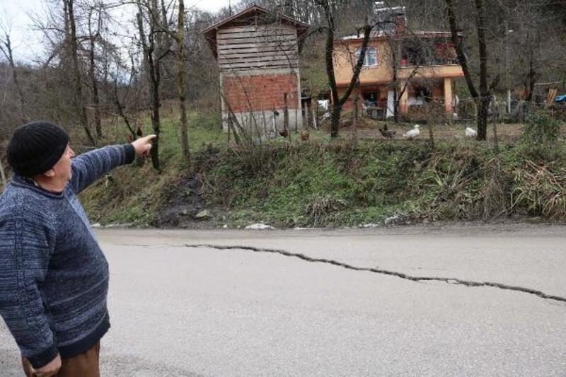 Gölköy- Fatsa yolunda heyelanlar nedeniyle çatlaklar oluştu