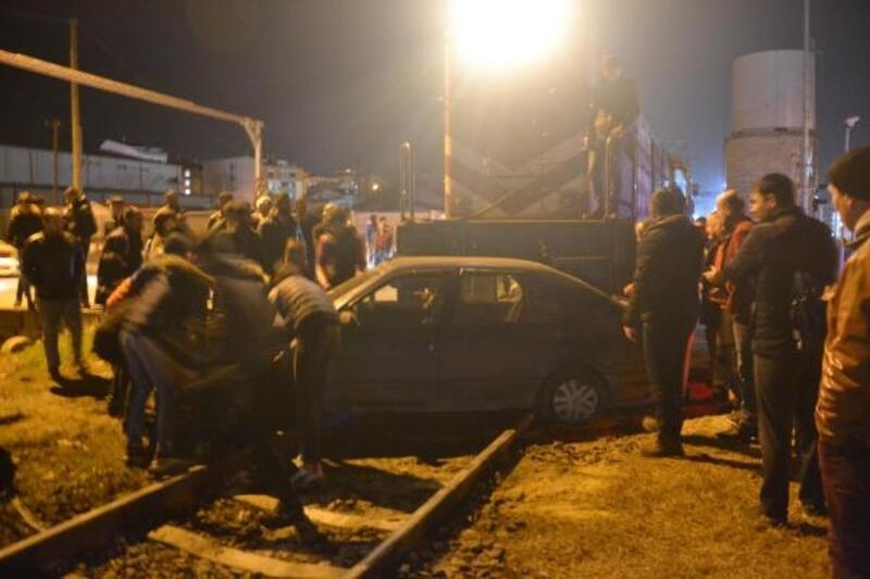 Hemzemin geçitte otomobile tren çarptı