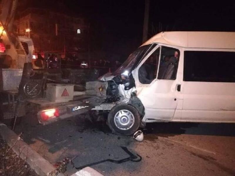 Minibüs, vinçli elektrik bakım aracına çarptı: 1 ölü, 2 yaralı