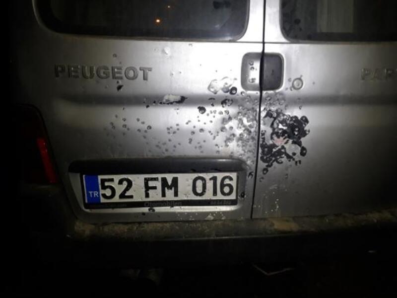 Saçma izlerine rastlanan şüpheli aracın bagajından tavuk çıktı