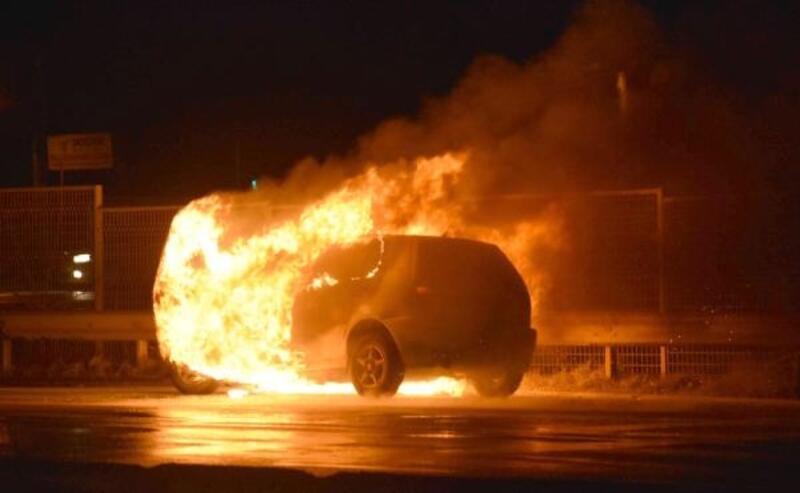 Otomobil seyir halindeyken alev alev yandı