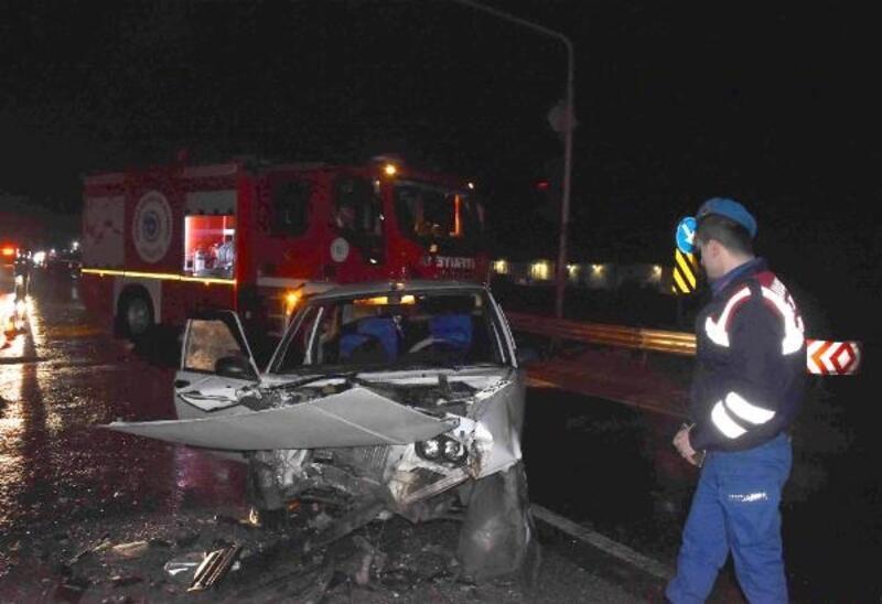 Otomobil, kamyonla çarpıştı : 3 yaralı