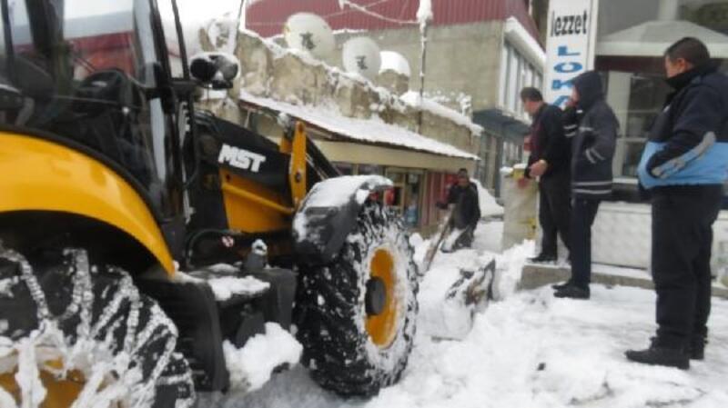 Başkale'de kamyonlarla ilçe dışına kar taşınıyor