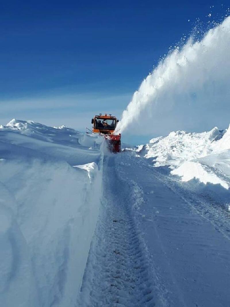 Başkale'de kardan kapanan yollar için yoğun çalışma