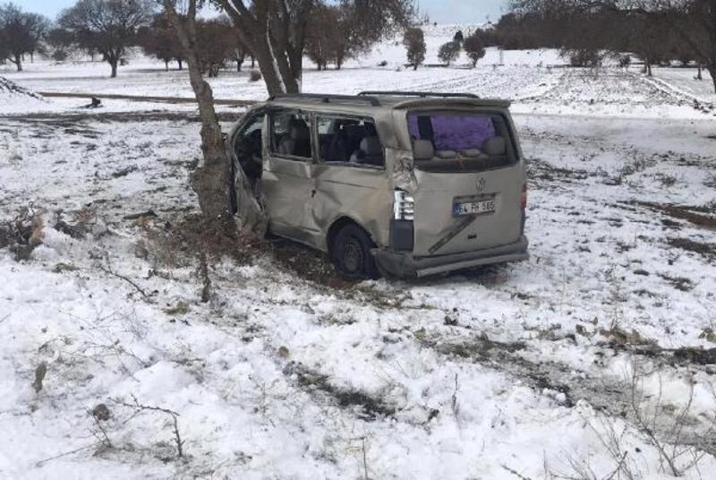 Lokomotifin çarptığı minibüsün sürücüsü ağır yaralandı