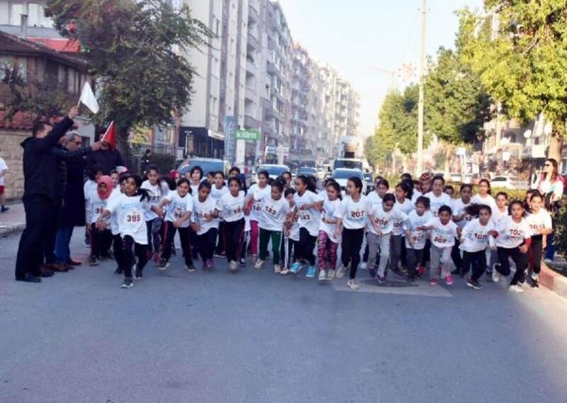 Öğrencilerin 'kurtuluş yıldönümü' koşusu