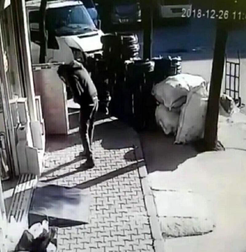 Başına binadan cam parçası düştü