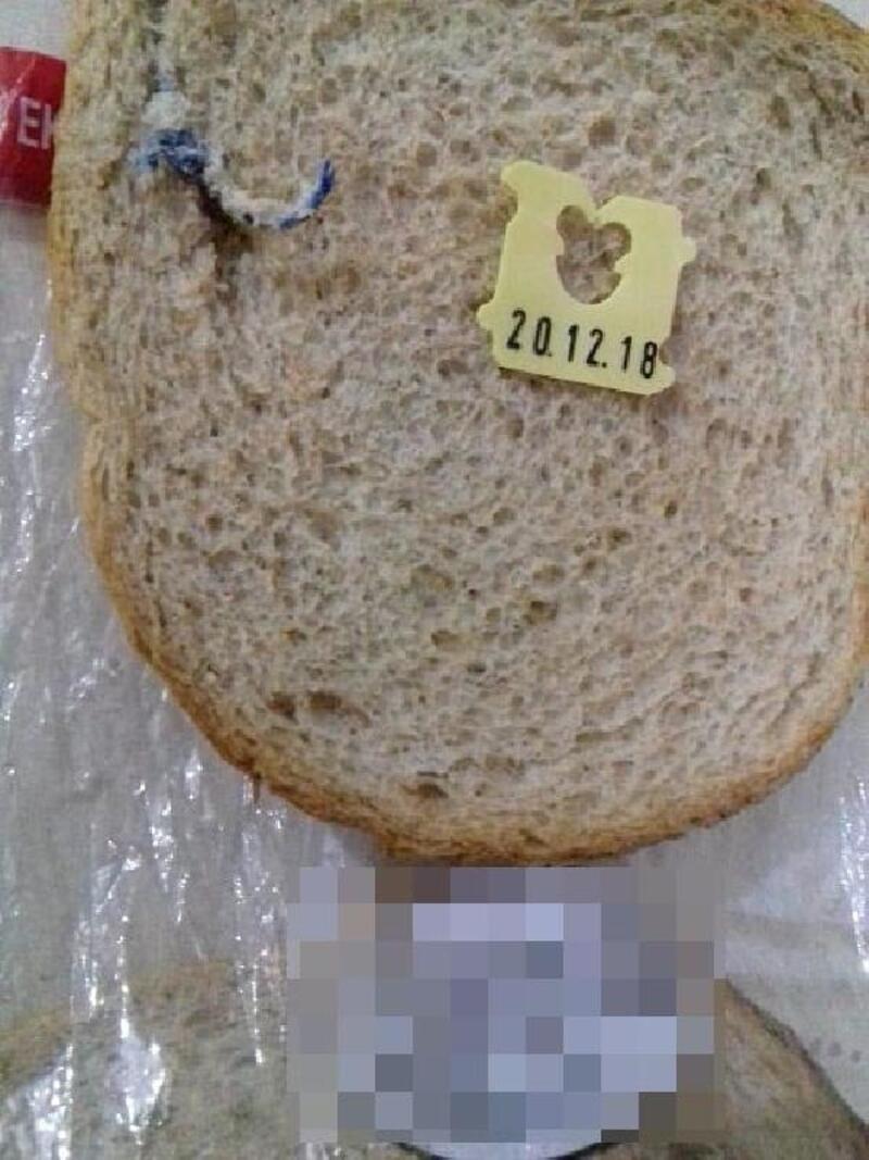 Ekmekten çıkan cisim için şikayetçi oldu
