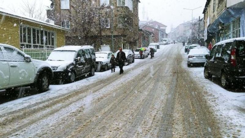Çelikhan'da 15 köy yolu kardan kapandı