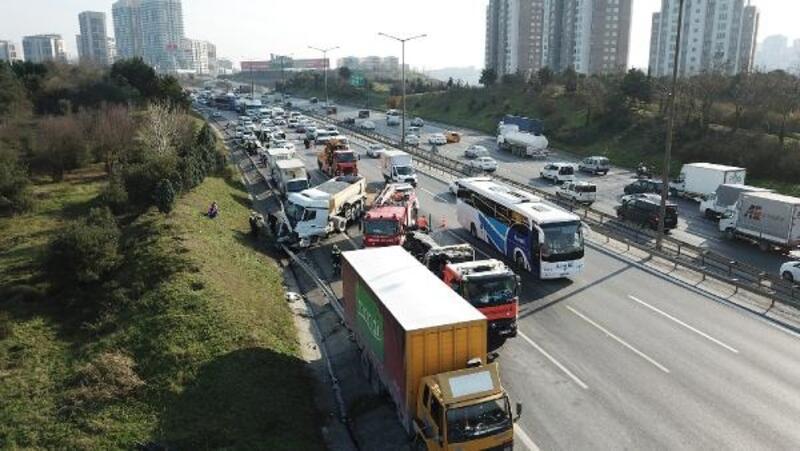 TEM'de hafriyat kamyonu polis aracına çarptı; 1 polis yaralı
