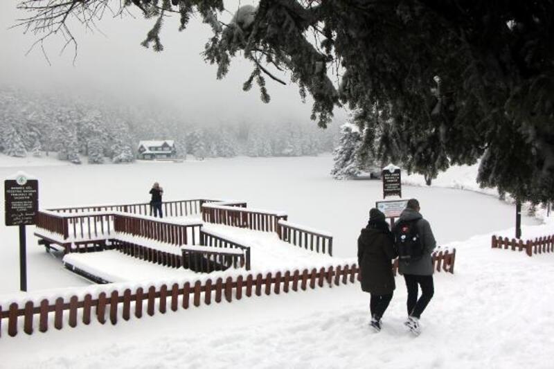 Karla kaplı Gölcük, buz tuttu