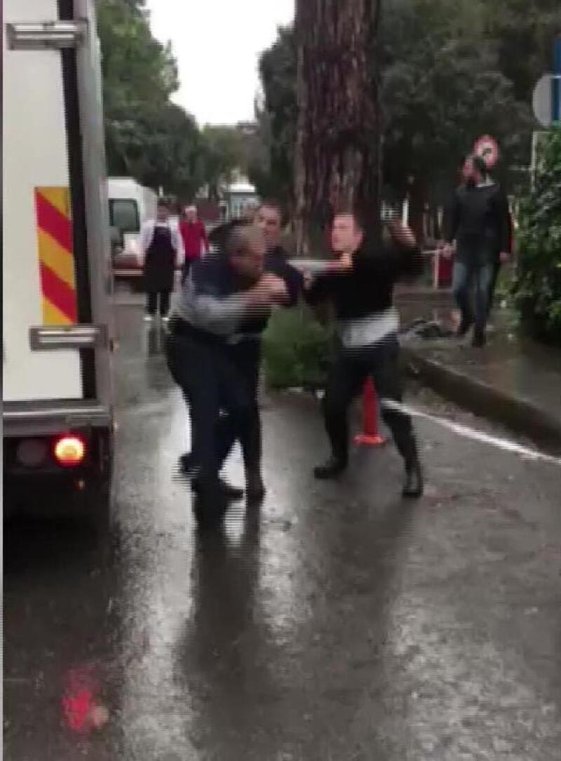 Hastaneye gelen kişi ile 2 güvenlik görevlisinin kavgası kamerada