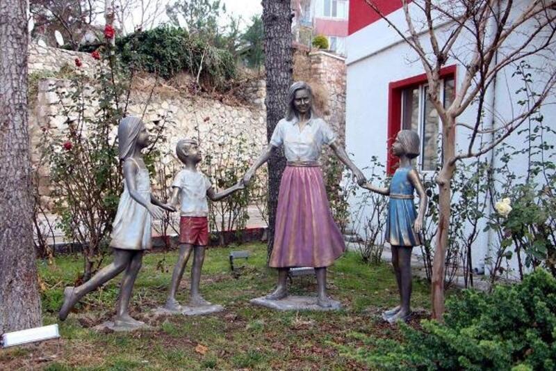 Pınarhisar'da parka çocuk temalı heykel konuldu