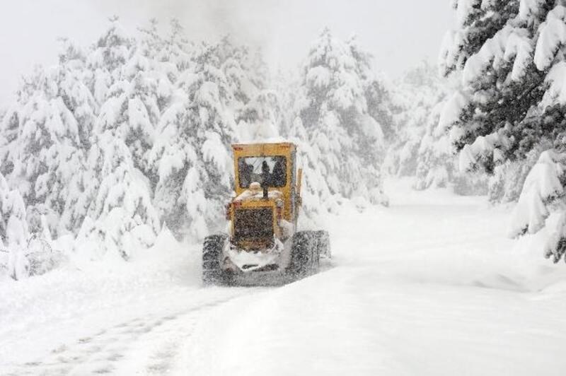 Kastamonu'da kar, 215 köy yolunu ulaşıma kapattı