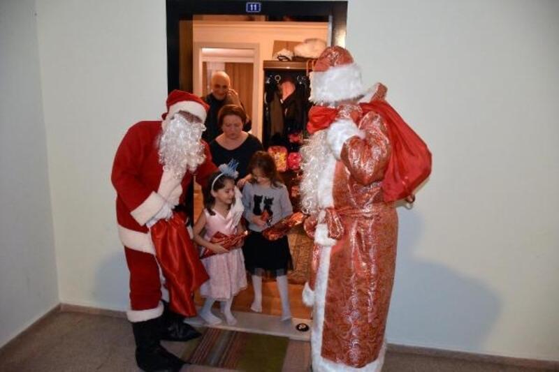 Belediye personeli Noel baba kostümüyle yabancıların evlerini ziyaret etti