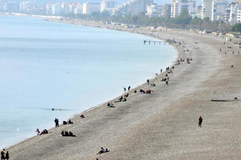 Konyaaltı sahilinde güneş bereketi