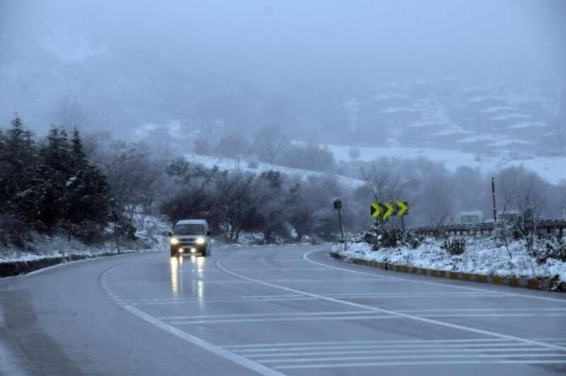 Yalova'da karayolları ekipleri 'kar' alarmında