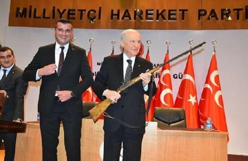 MHP Genel Başkanı Bahçeli'ye av tüfeği hediye edildi