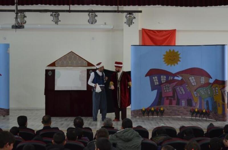 Adilcevaz'da, köy okullarında eğitim gören öğrenciler tiyatro ile tanıştı