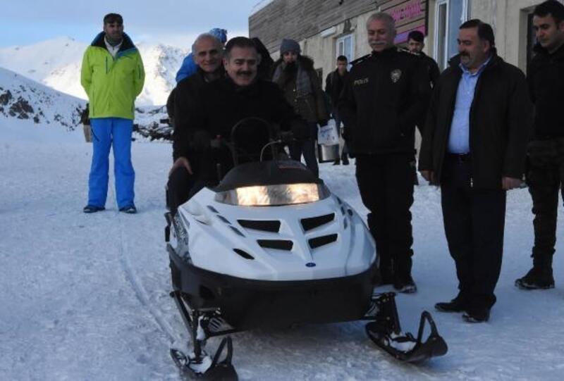 Vali Akbıyık, gazilere kayak merkezini tanıttı