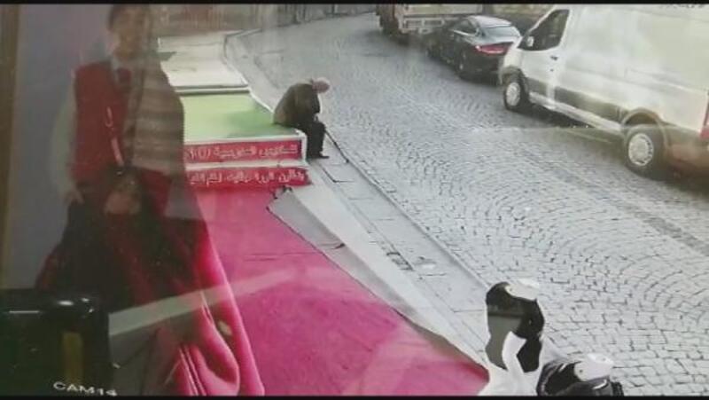 Fatih'te reklam tabelası yaşlı adamın üzerine düştü