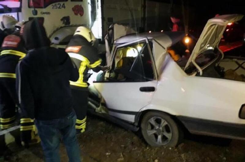 Kamyonla çarpışan otomobilin sürücüsü öldü, arkadaşı yaralı