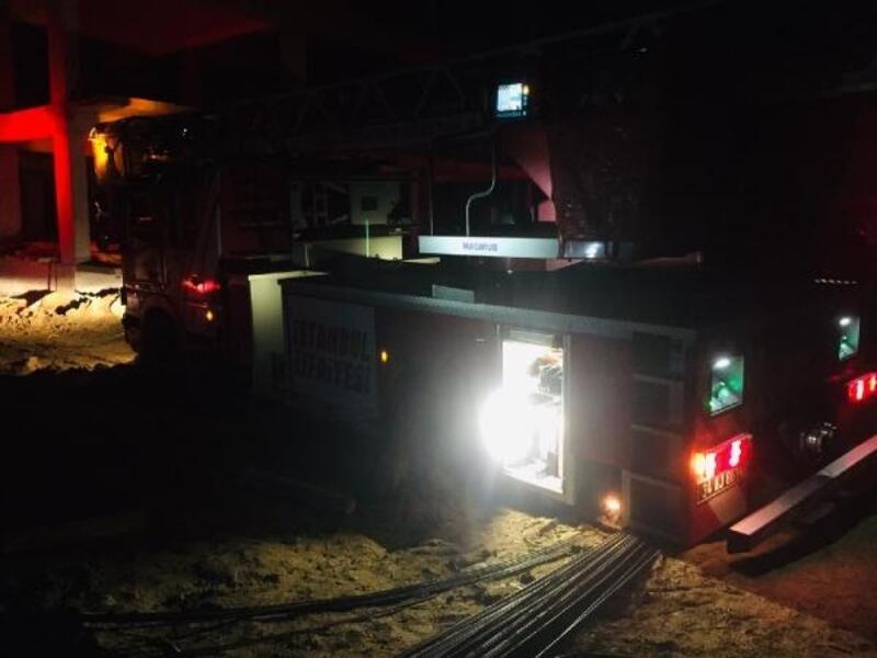 Silivri'de yangını söndüren itfaiye aracı dönüşte çamura saplandı
