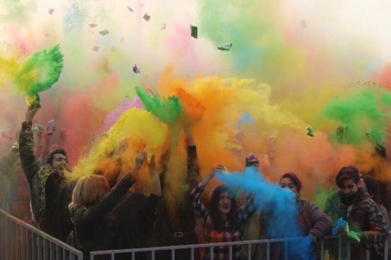 İzmirliler boya festivalinde eğlendi