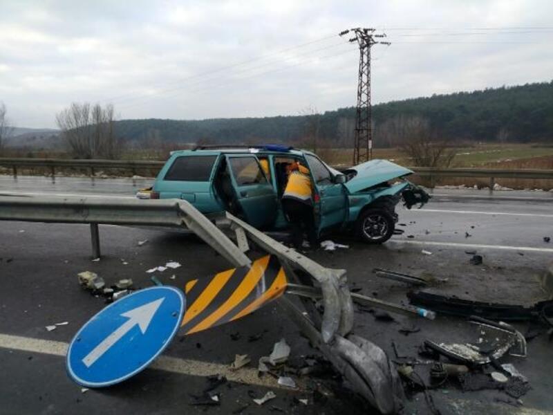 Otomobil, demir bariyere çarptı: 2 yaralı