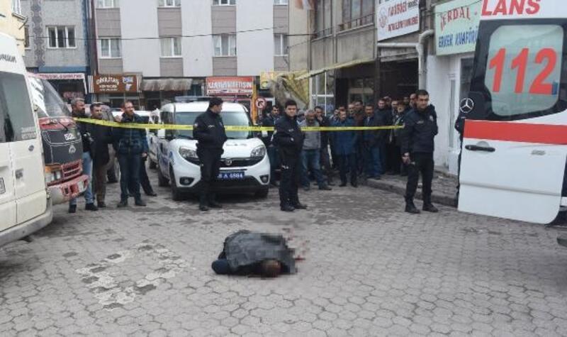 Sokak ortasında tartıştığı inşaat işçisini öldürdü