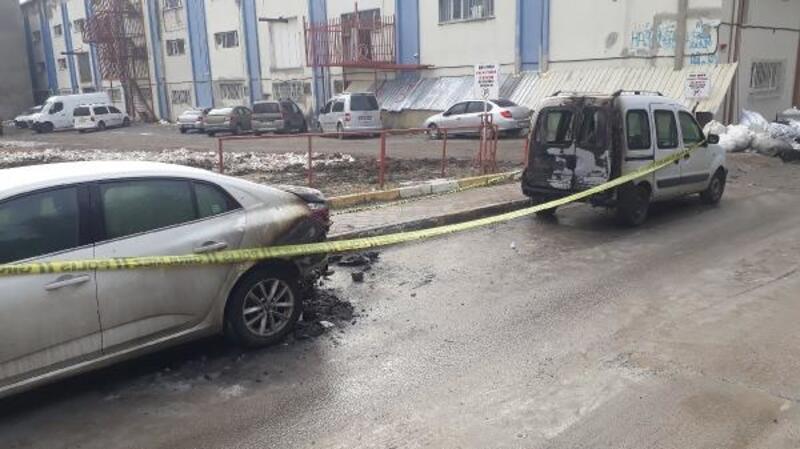 Bağcılar'da 2 araç yakıldı
