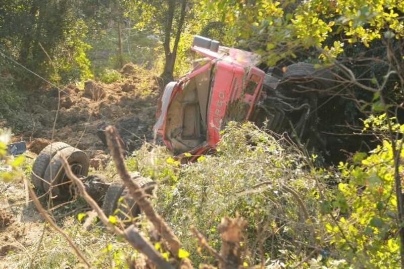 Freni boşalan kamyon şarampole devrildi: 2 yaralı