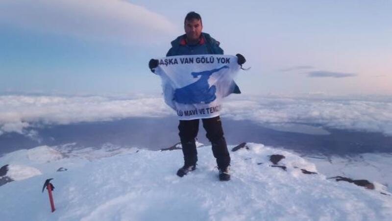 İki dağcı Süphan Dağı'na tırmandı