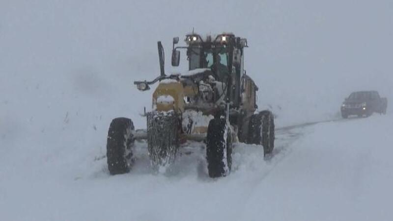 Kardan kapalı yol açılıp, köydeki hastaya ulaşıldı