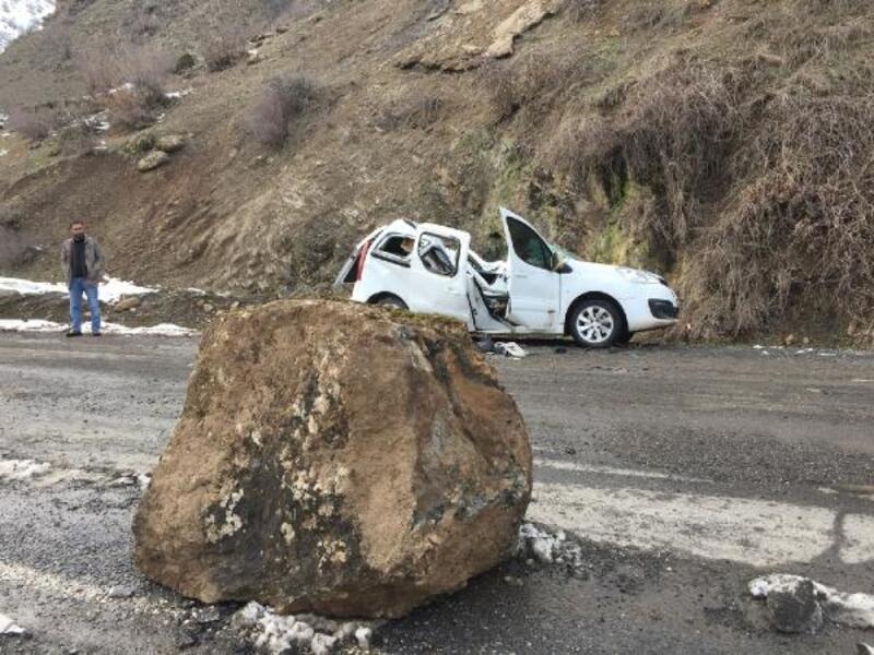 Dağdan kopan kaya parçası aracın üzerine düştü, sürücü yaralandı
