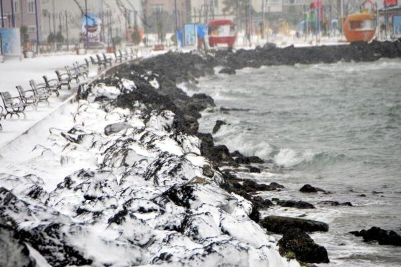 Çanakkale'de kar yağışı sürdü, ulaşım engeli sona erdi