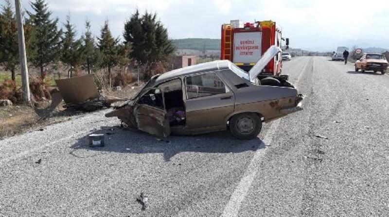 Çarpışan otomobillerden biri ikiye bölündü: 4 yaralı