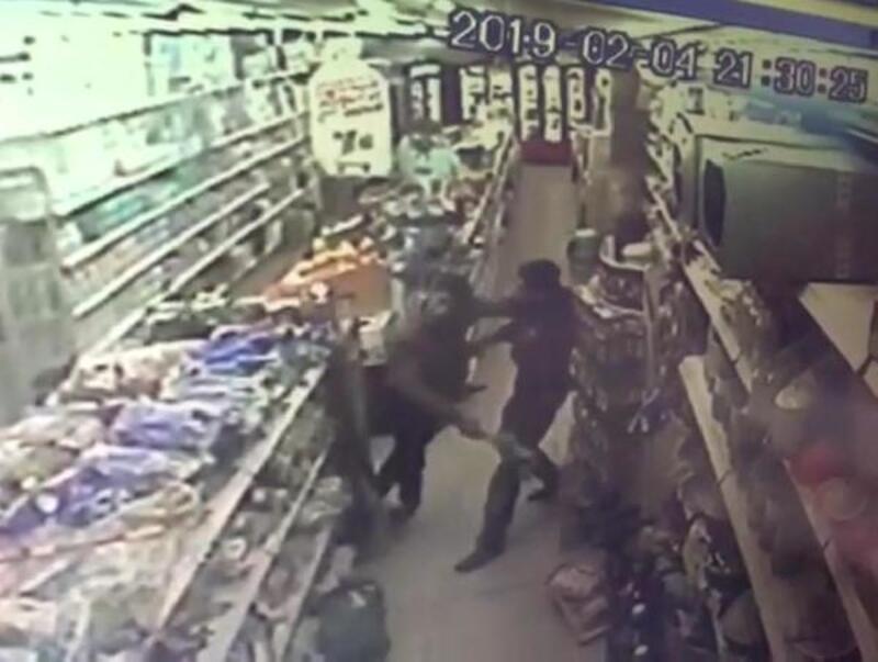 Market işletmecisine bıçaklı saldırı kamerada