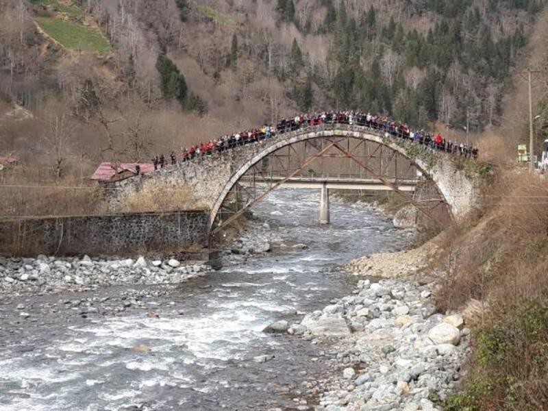 Restorasyondaki tarihi köprüye 'tehlikeli' ziyaret
