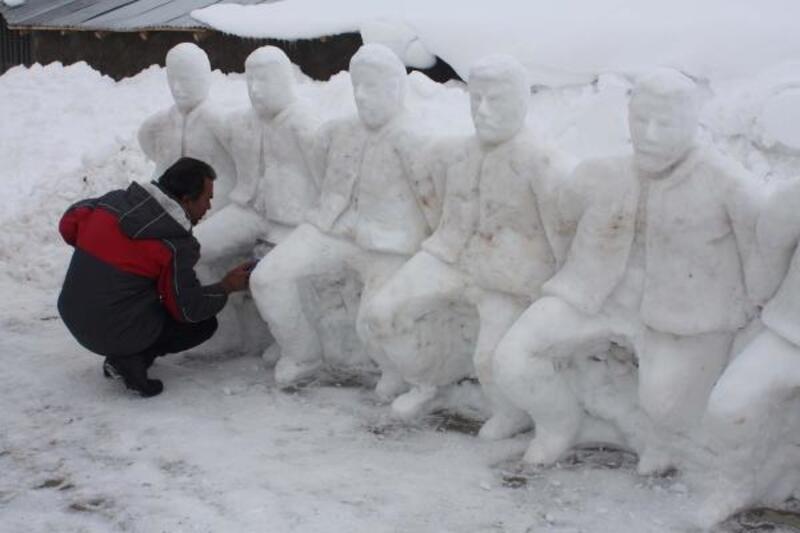 Heykeltıraş, kardan folklor ekibi yaptı